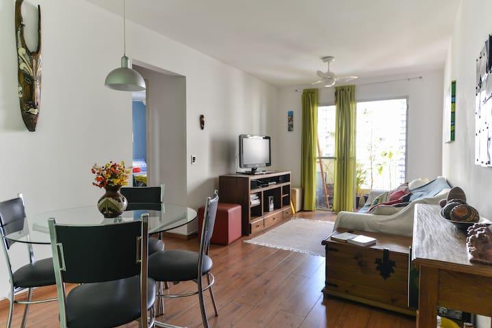 Divido apartamento gostoso em Pinheiros