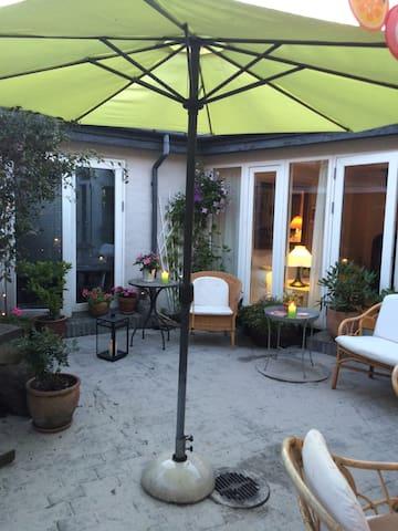 Stort værelse i Nexø m udgang til solrig gårdhave.