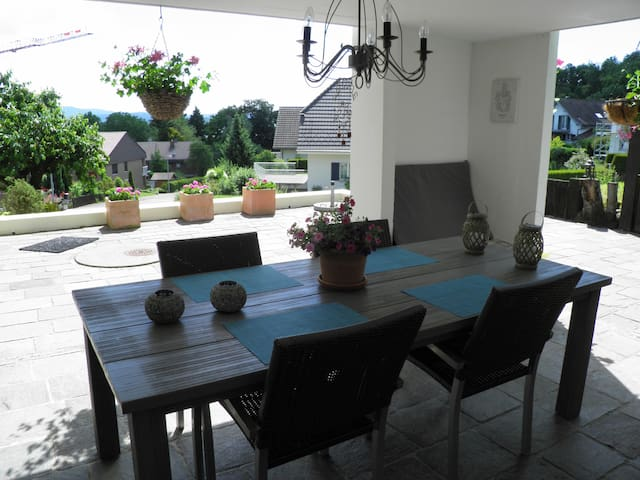 Large private space near city/Airport minutes away - Kloten - Casa
