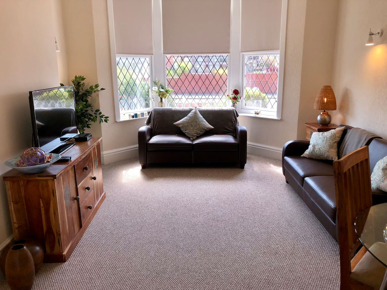 Bright & Spacious Bay Windowed Lounge with Sofa Bed