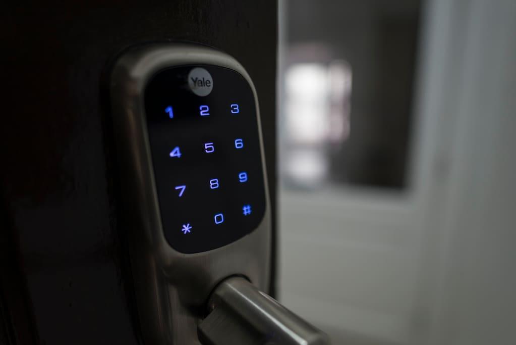 Puerta con Acceso Digital con circuito de cámaras TV integrado.