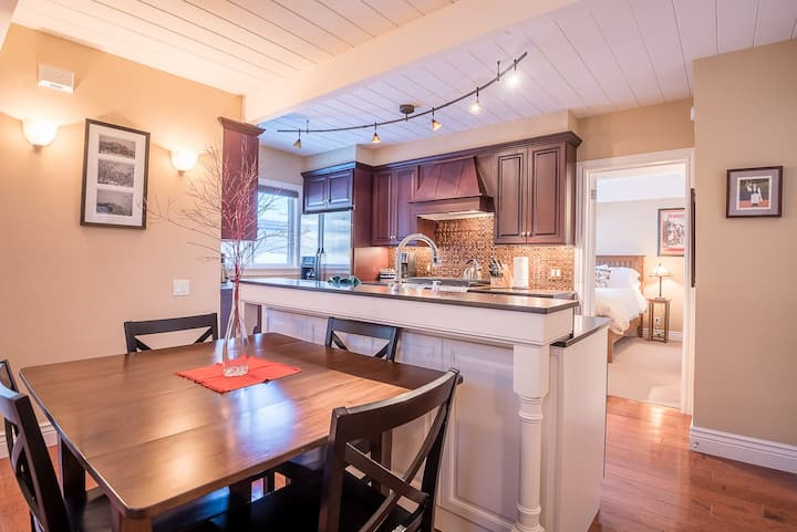 Freshly Remodeled with Gourmet Kitchen and Sun Valley Resort Pool  | 2 Bedroom, 2 Bathroom