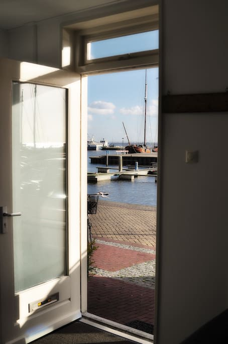 Uitzicht op de haven, strand en het IJsselmeer