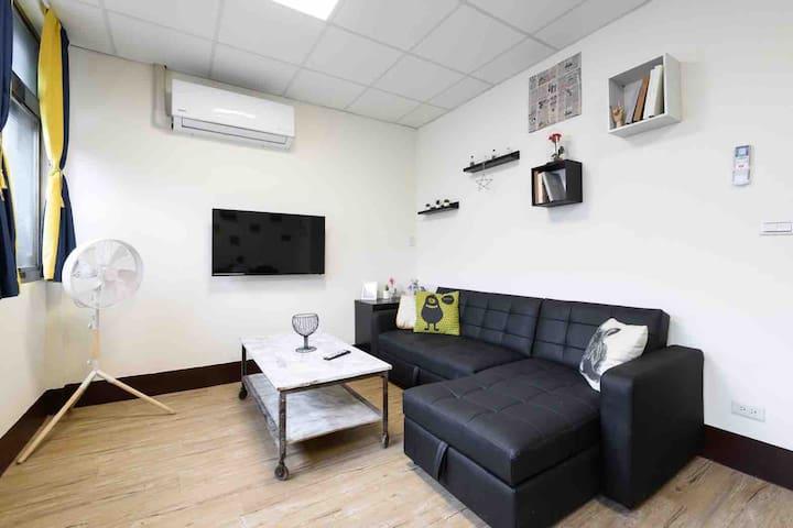 全新的led電視 全新的橡膠木造型風扇 很復古的茶几 簡單 俐落 黑色L型沙發 整個客廳讓人覺得很舒適 簡約