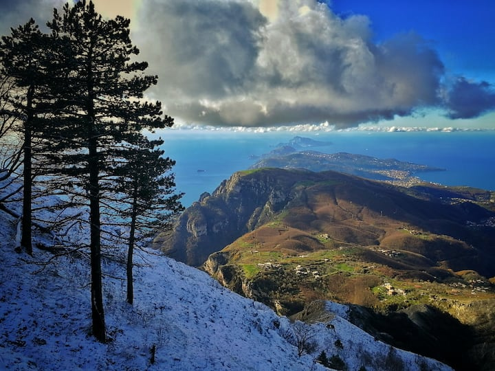 Snow on Sorrento peninsula from the top