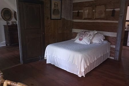 1750's Log Cabin Room with Queen Mattress - Charlottesville