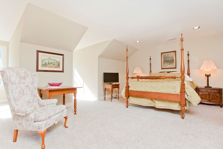 Spacious ,light and airy bedroom with queen size bed
