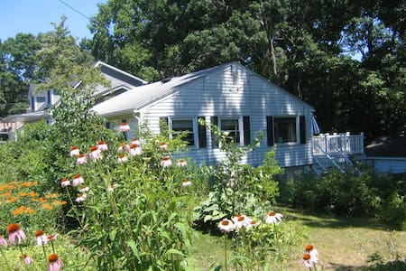 Entire Cottage - Walk to Beach! - East Lyme - House