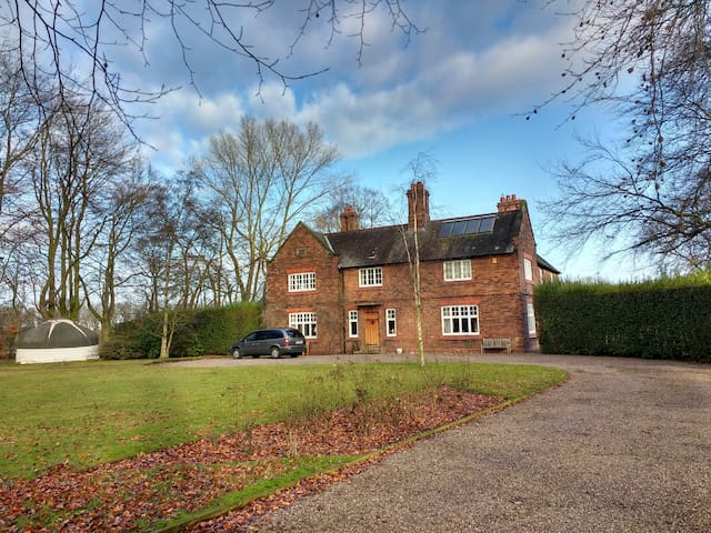 Sedate farmhouse B&B – private suite sleeps 1-3 - Weaverham