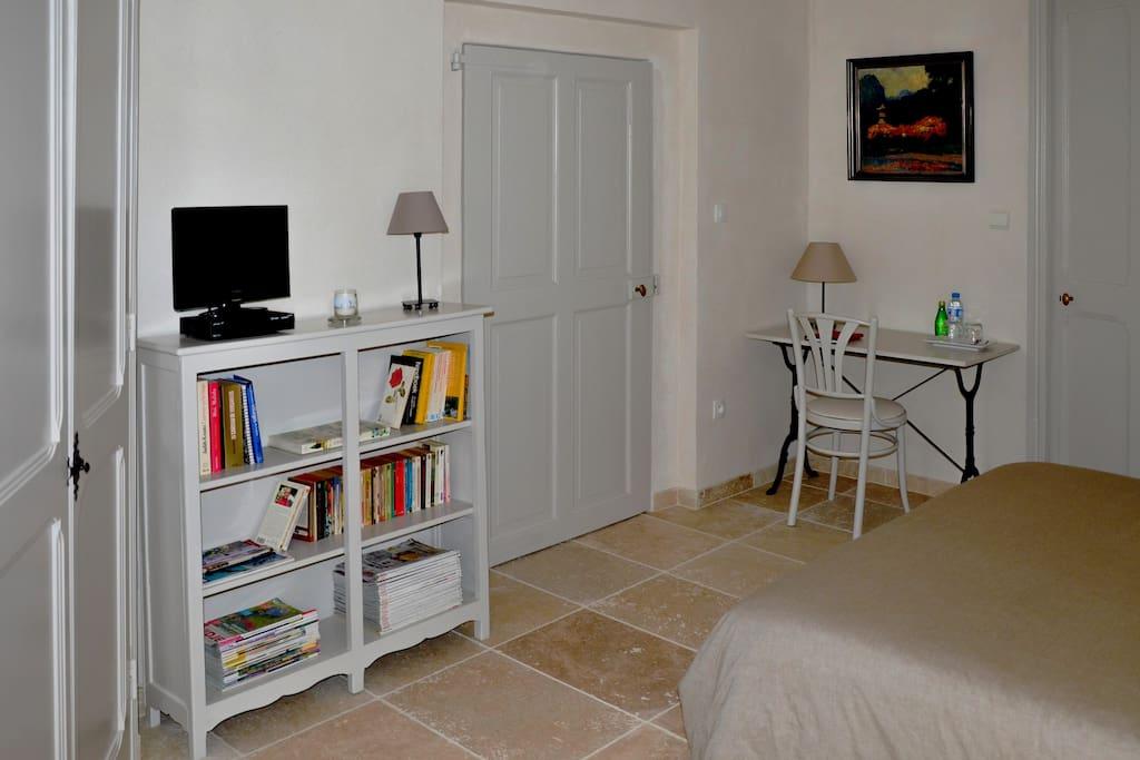 Livres, brochures et télé à disposition
