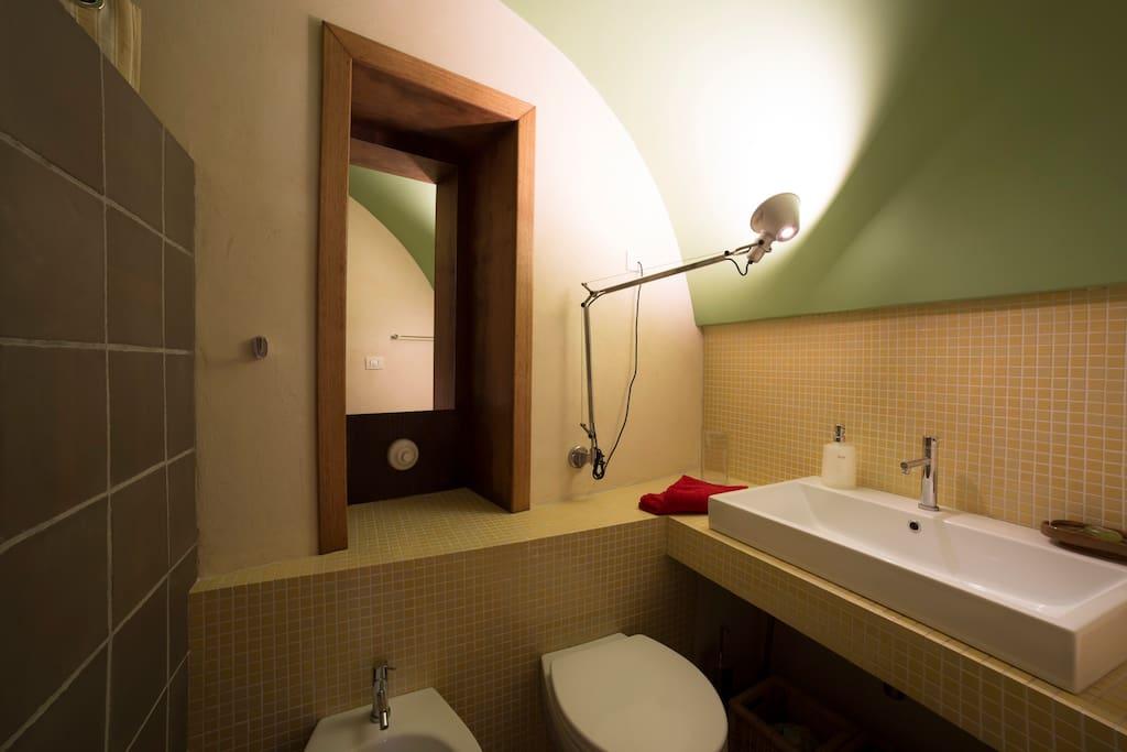 Il bagno principale con doccia / The main bathroom with shower