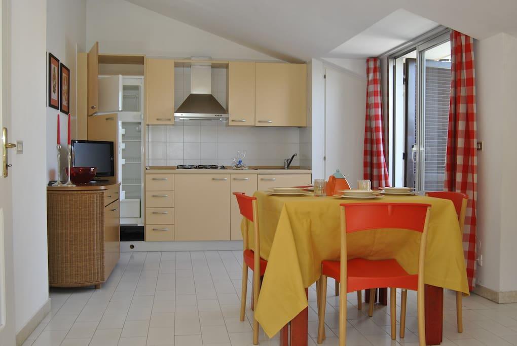 Soggiorno con la cucina con frigo grande & la terrazza abitabile