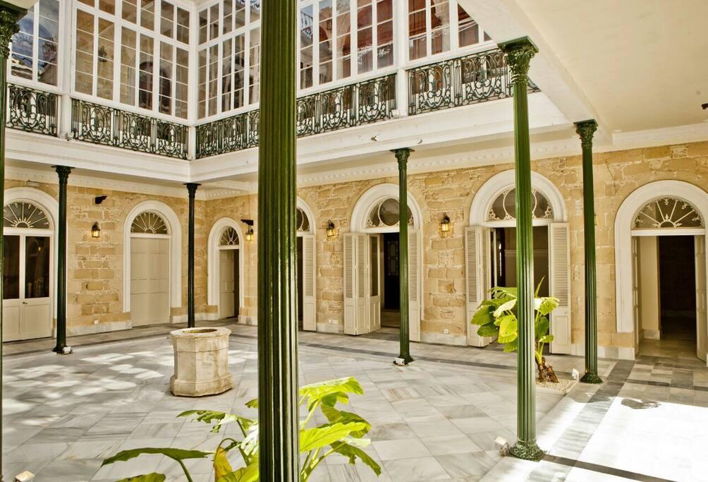 visión diurna del patio de columnas