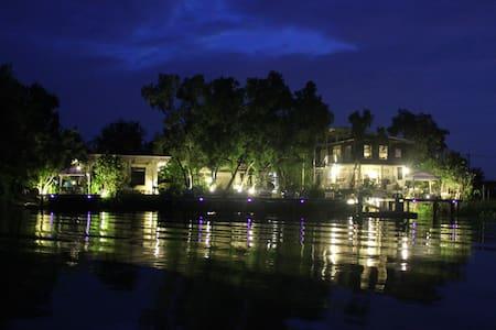 Riverside Luxury Suite - Tambon Ban Phra