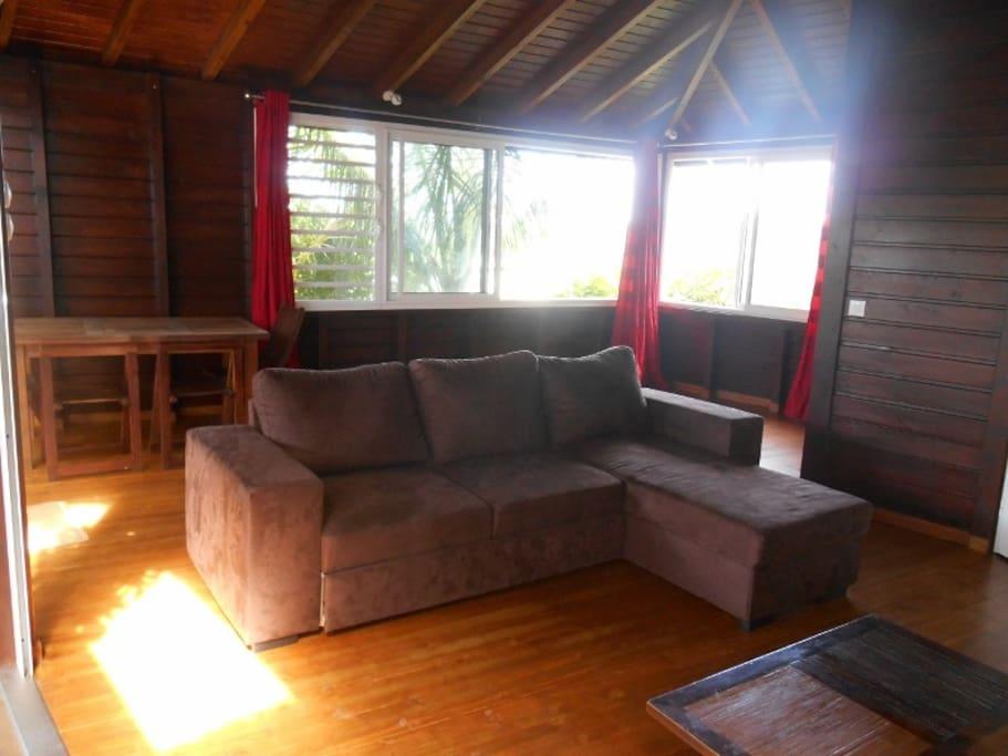 Spacieux salon  bungalow avec canapé lit