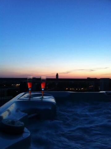 Un jacuzzi au coucher du soleil