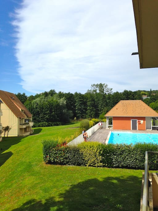 view from appartement onto pool