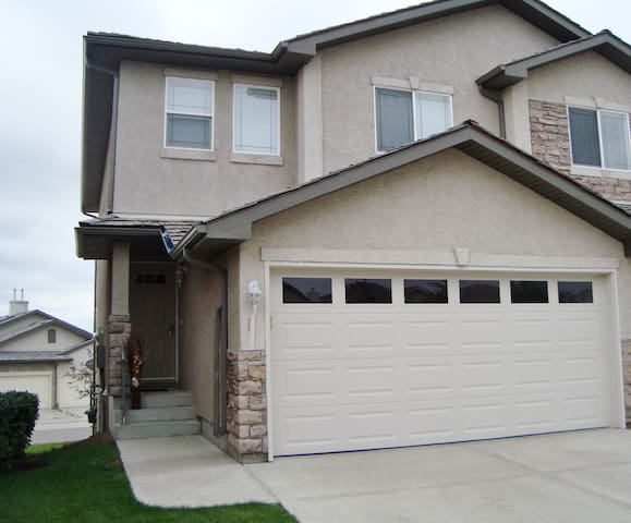 Upscale! 3 BR Executive Townhome - Calgary - Casa
