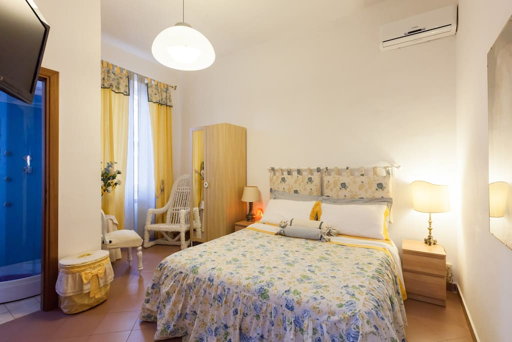 Yellow Room - Suite with a queen bed and Private Bathroom