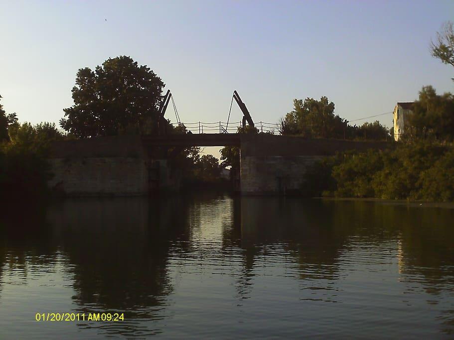 pont à bascule dit pont Van Gogh, 10 mn à pieds