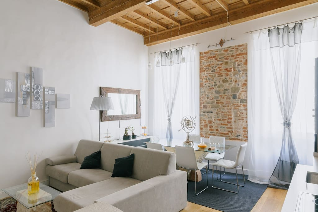 A so bright dining and living room: a perfect place for your stay in Florence city center