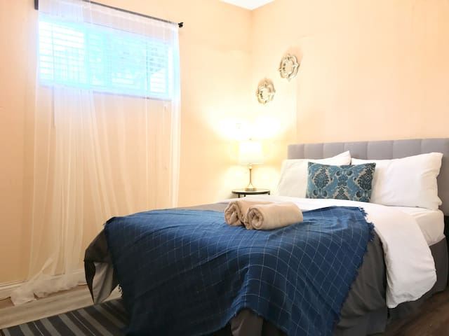 D: Private small room in house Santa Monica