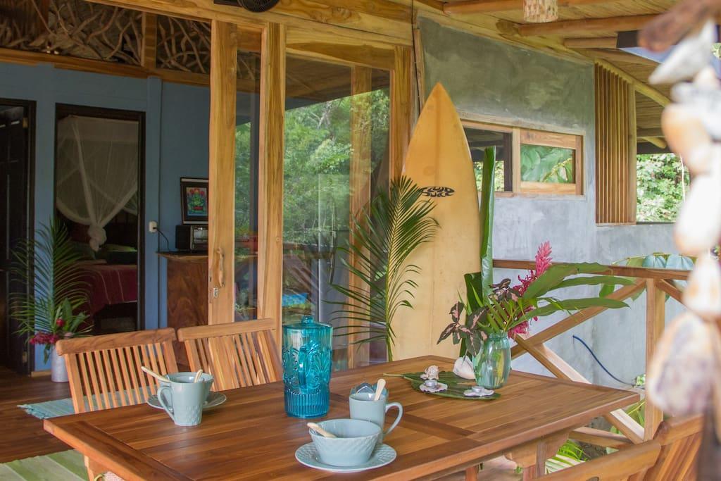 Terrasse mit Tisch für 6 Personen