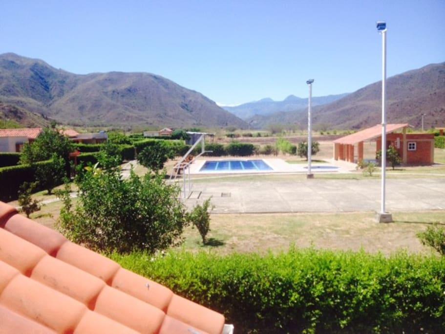Conjunto y área común con piscina donde queda la casa