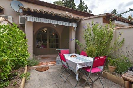 Cabaña aislada en Mouries con jardín