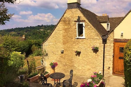 Cotswold cottage with views in Nailsworth