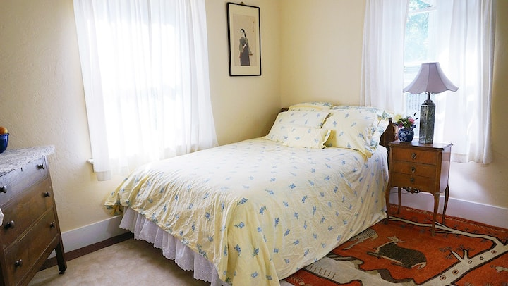 Sunny room walking distance to town