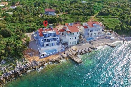 Villa Poseidon; seaside apartments - Sreser