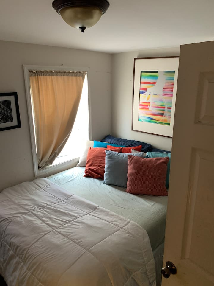 Downtown Silver Spring, private room, free parking