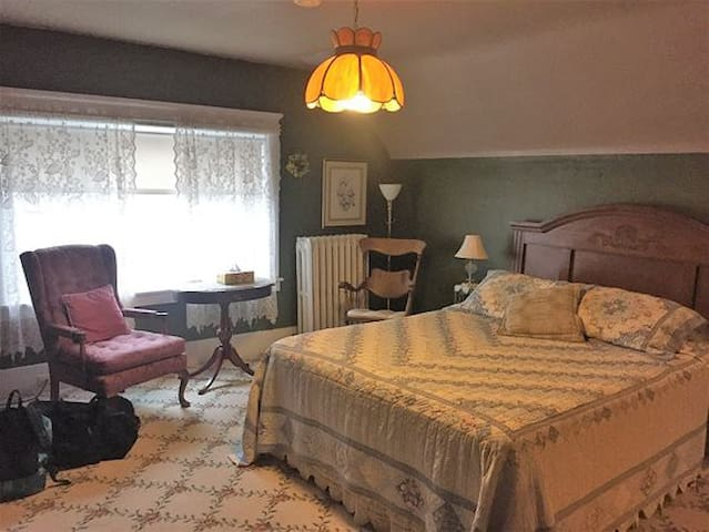 Everest Inn Bed and Breakfast (Woodson Suite)