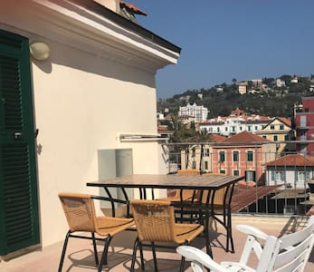 CENTRAL LITTLE APT with TERRACE and WiFi - Bordighera - 公寓