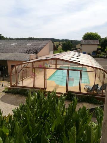 Gite proche Sarlat / Périgord piscine couverte