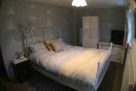 TT accommodation, ensuite king room - Castletown