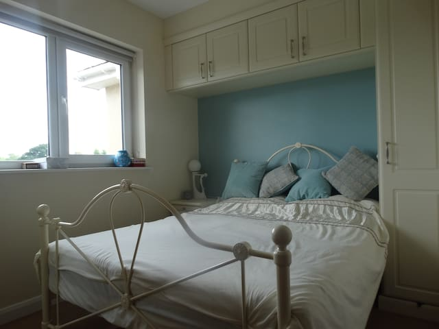 Ensuite double bedroom (memory foam mattress)