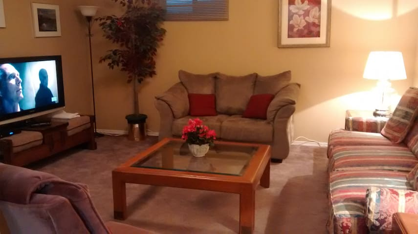 Rent rooms in central Suite 3 beds 1 min CTrain