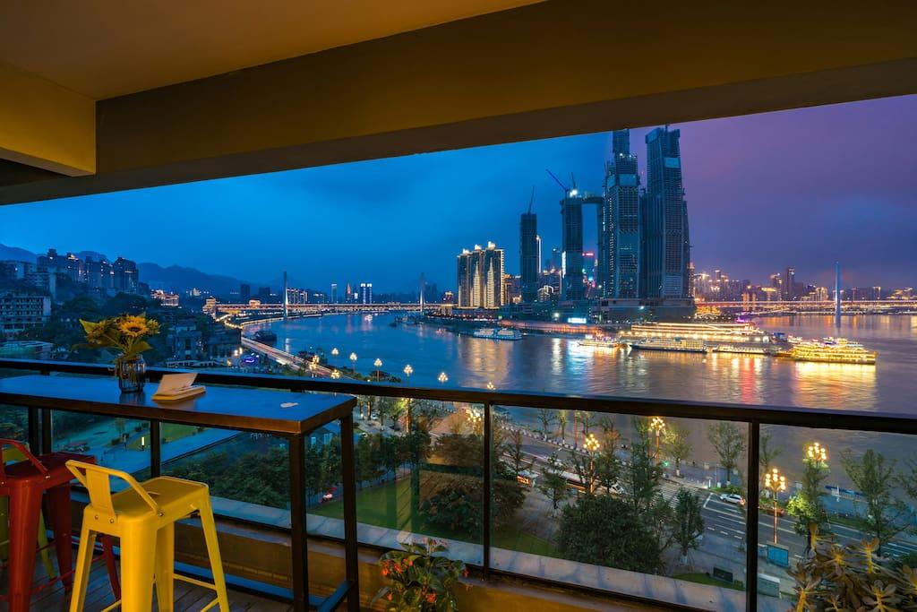 阳台上观夜景很惬意吧!