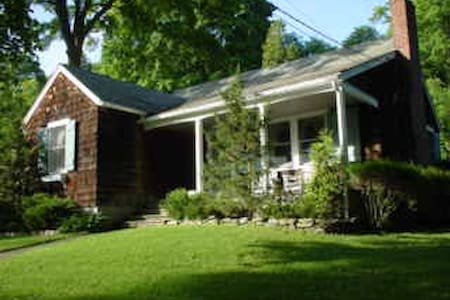 Lake Waramaug Cottage - Warren - Talo