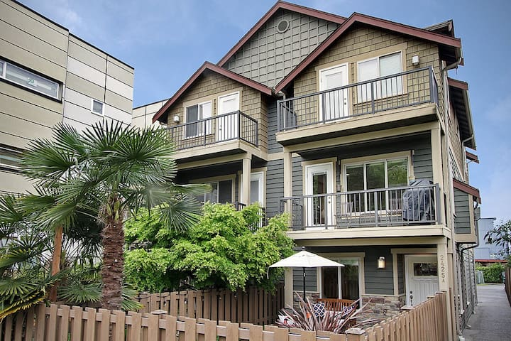 Incredible Alki Suite just a block from the beach!