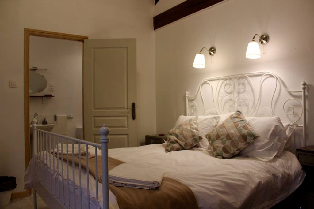 Room 1: Double bed with ensuite