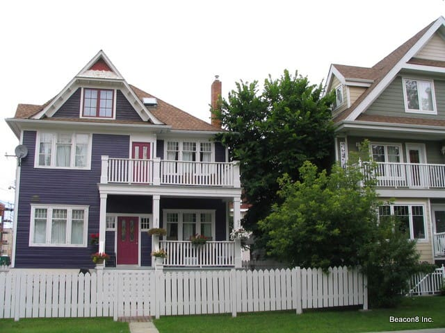 2 bed with parking at the Purple House in Oliver