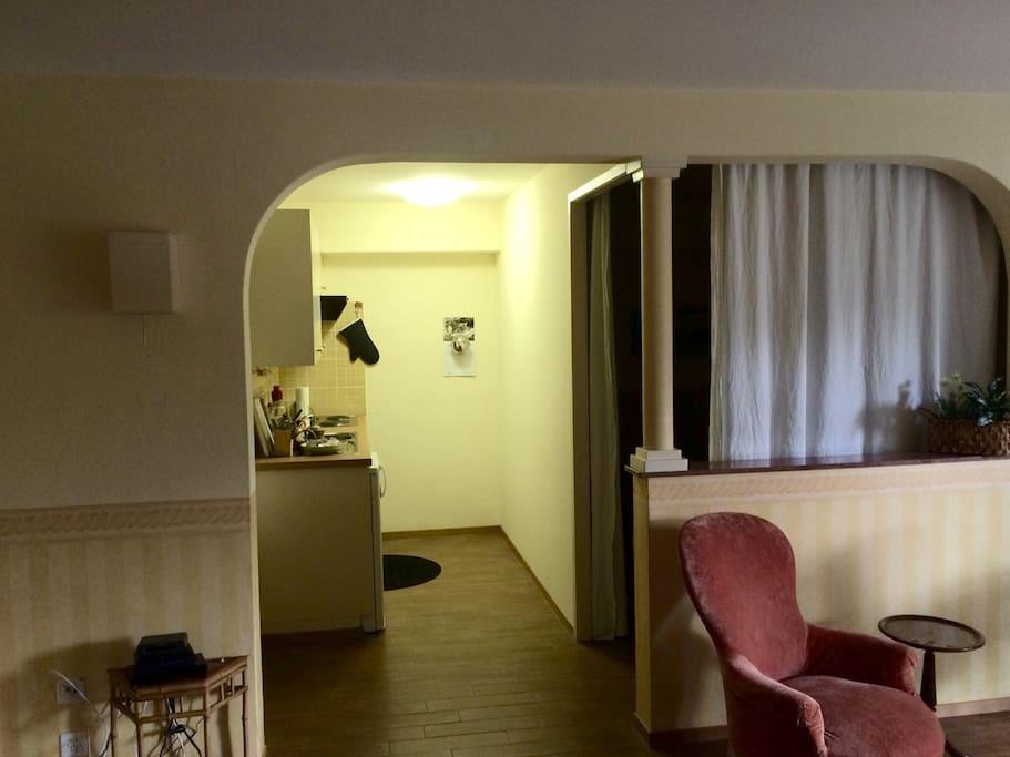 Un arco divide il soggiorno dalla cucina e dalla zona notte.