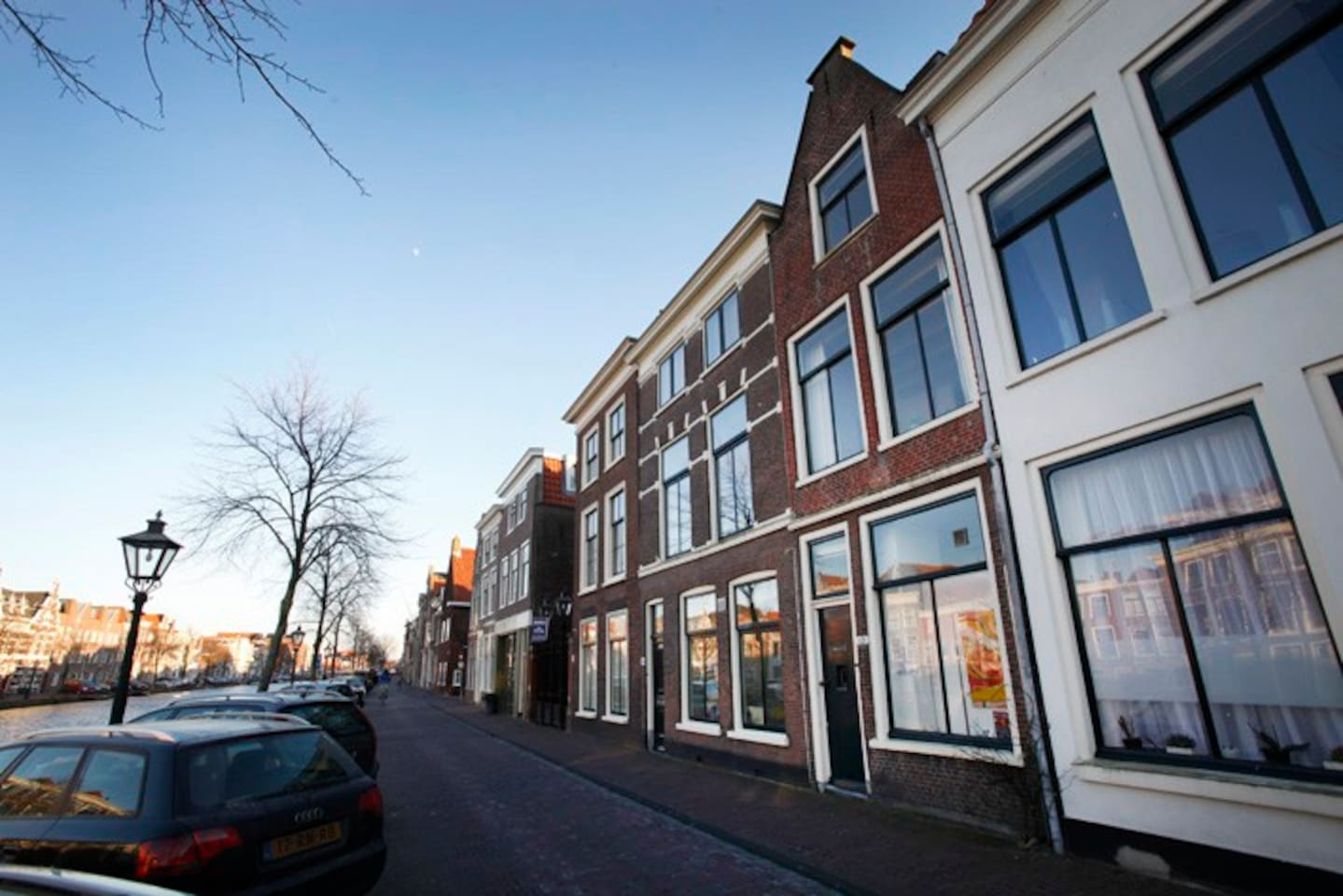 Your perfect location in the heart of the city of Leiden. Staying in this canal side house is a real dutch experience