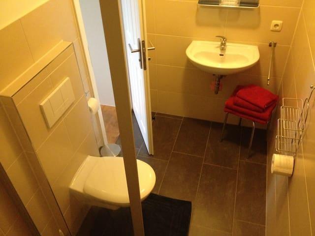 Dusche/WC; klein, fein, neu