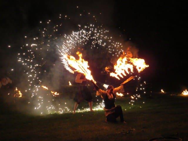 Feuerzauber bei einem Burgfest