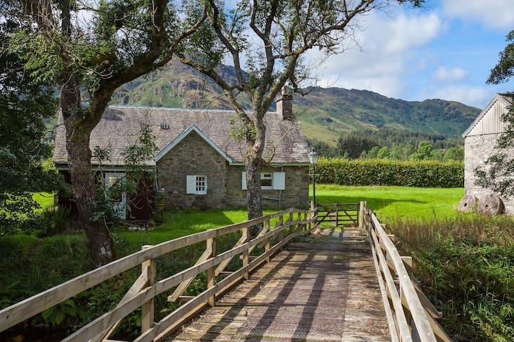 Enchanting rustic cottage w/stunning views & river