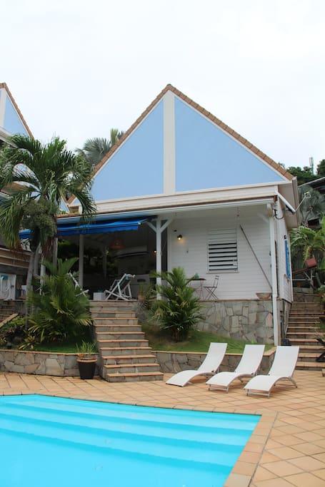 le bungalow situé à coté de la villa des propriétaires profite d'un accès direct à la piscine.
